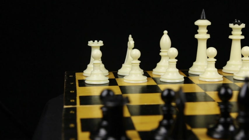 епископ : Chess pieces are placed on the chessboard, the beginning of the chess game. Slider shot.
