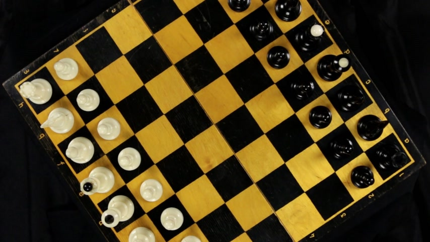 епископ : Rotation of the chessboard with the figures arranged for the start of the chess game. Top view. 360 degree rotation