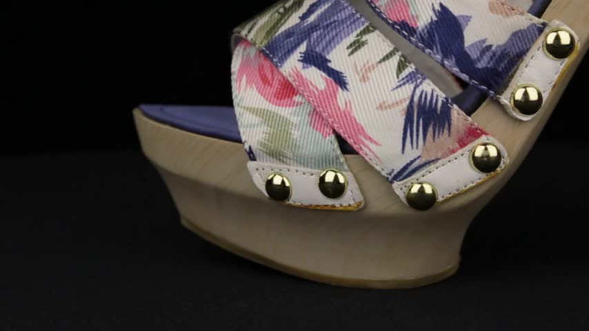 terlik : Close-up. Panorama from toe to heel of women sandals with high heels. Stok Video