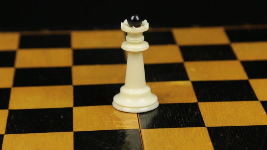 porażka : Rotation. Chess figure white queen on chess board. Close-up