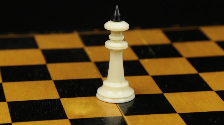 porażka : Rotation. Chess figure white king on chess board. Close-up