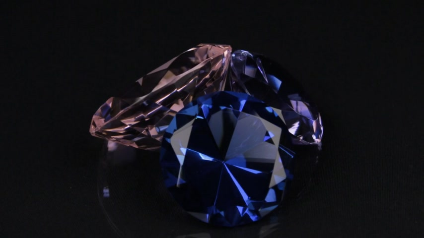 cristal : Rotation of three diamonds on a black background with a beautiful reflection. Stock Footage