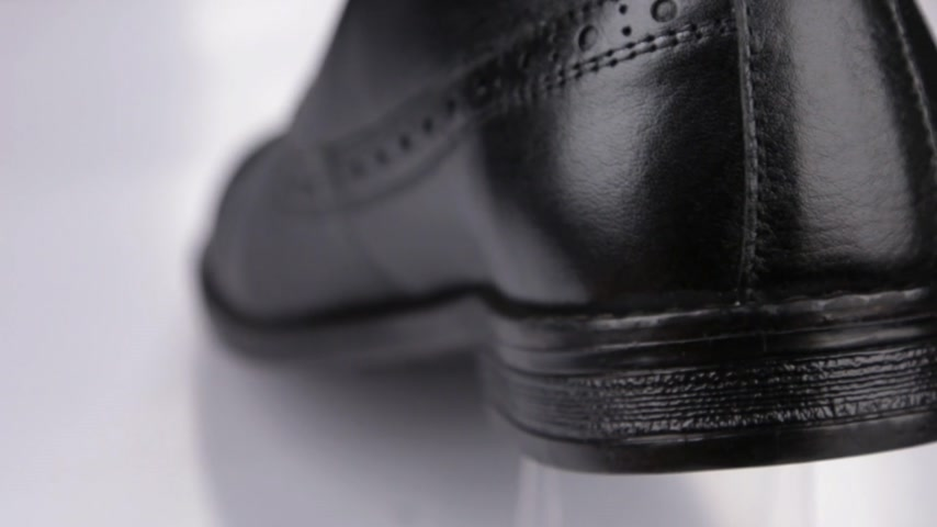 dantel : Rotation. Mens black shoes, close-up heels. Stok Video