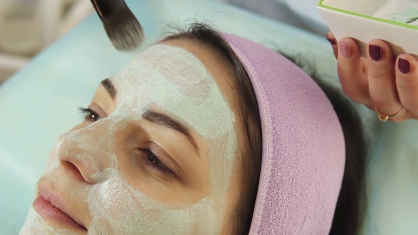 arcszín : Young woman in a spa with facial mask. Woman in spa salon