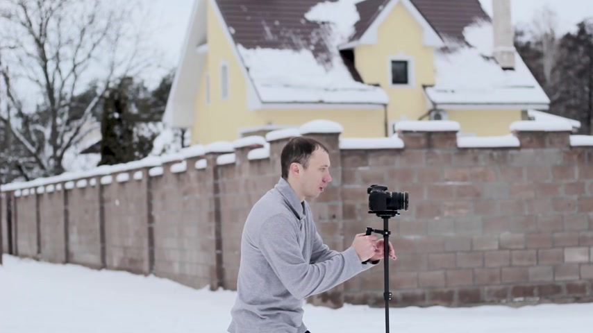 rámec : guy shoots video with a stabilizer and a camera DSLR Dostupné videozáznamy