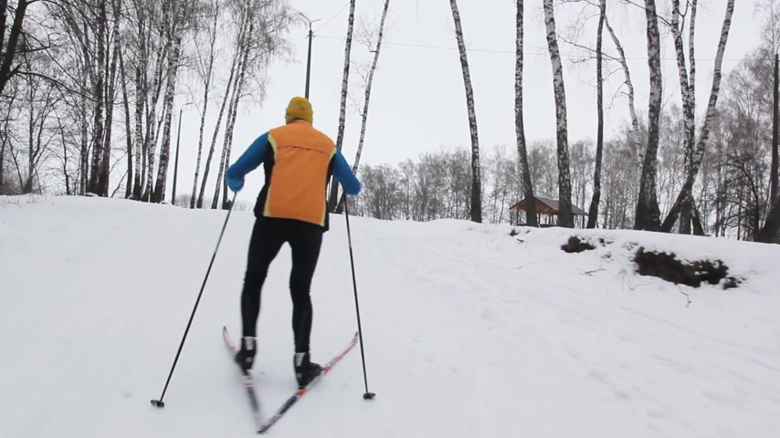 descida : a sportsman on skis is climbing a snow-capped mountain
