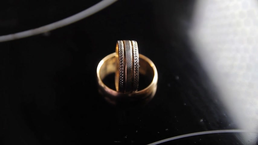 platina : wedding gold rings on an isolated black background