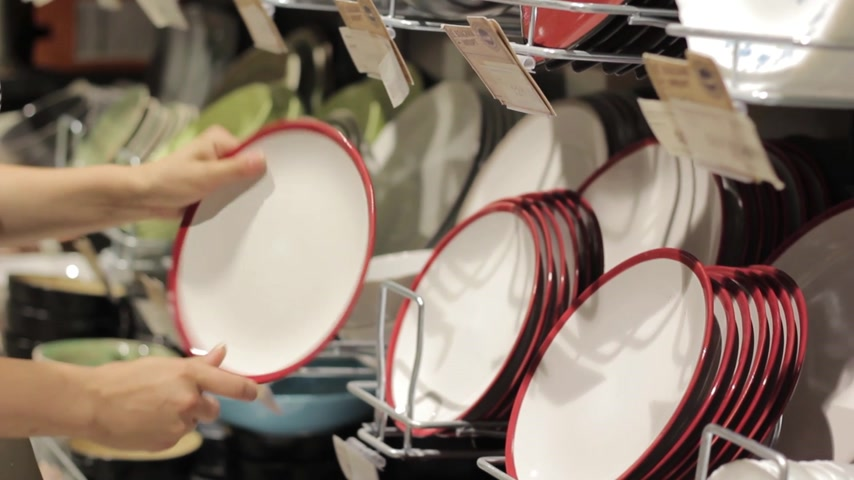 zastawa stołowa : a female hand at a supermarket chooses plates Wideo