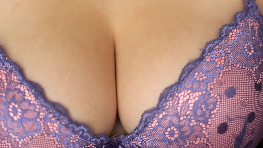 болваны : female breast in bra close-up Стоковые видеозаписи