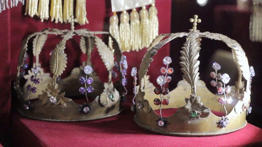 monarchy : historical crowns in the museum