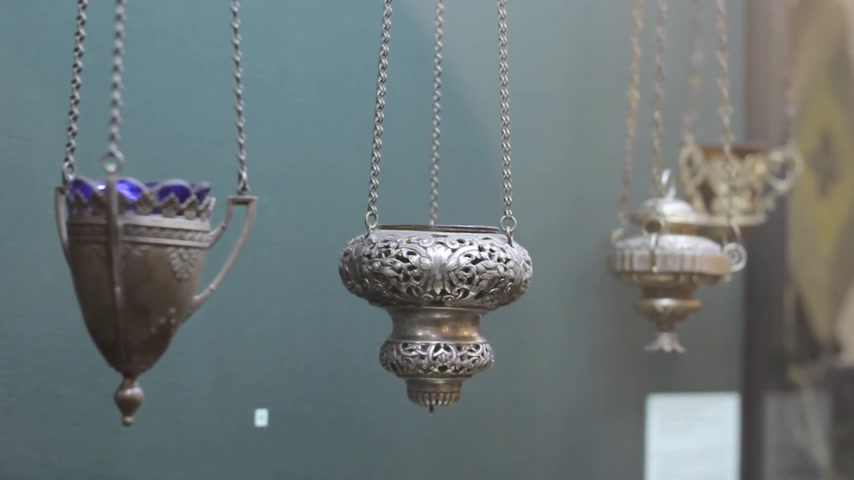 incenso : iron censer hanging in church