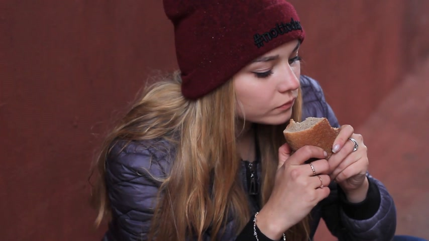 miserável : hungry girl eats bread