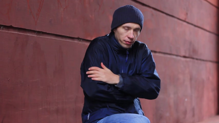 bezdomny : hungry guy eating bread Wideo