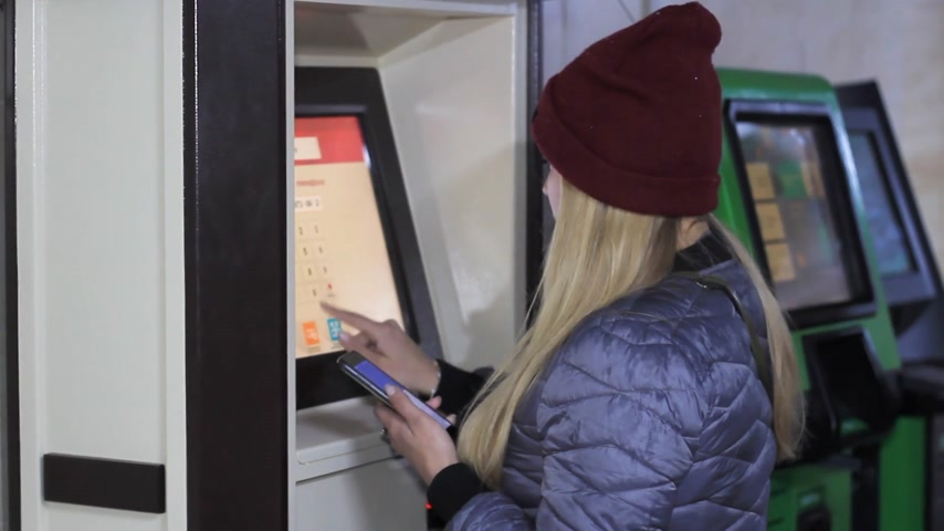 bankomat : girl at an ATM uses a card Wideo