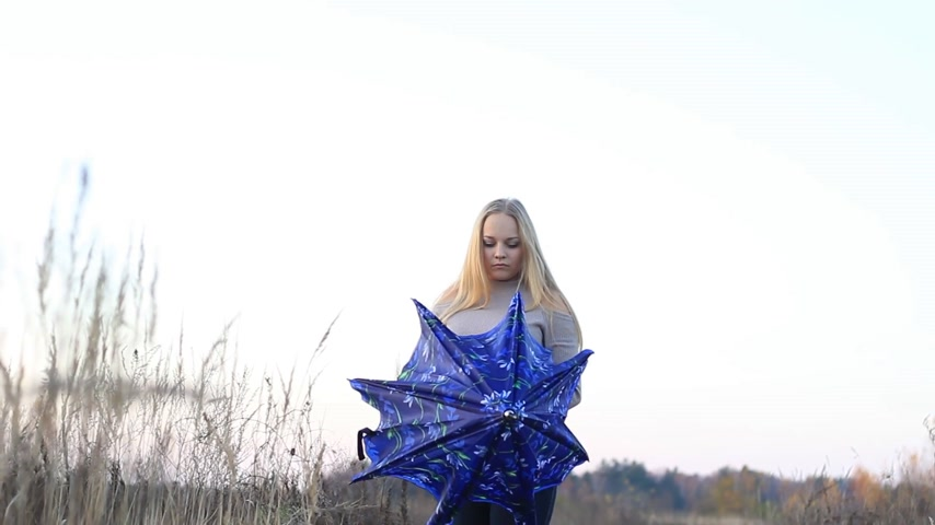 modelo de moda : girl with umbrella on nature
