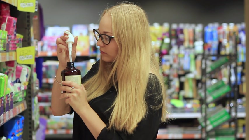 dezodorant : girl in the cosmetics department Wideo