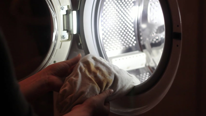 yıkayıcı : Female hands down dirty clothes to washing machine Stok Video