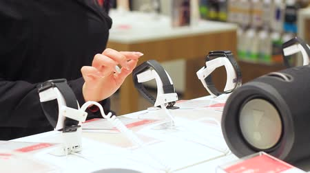 kayış : female hand touches smart watch in store Stok Video