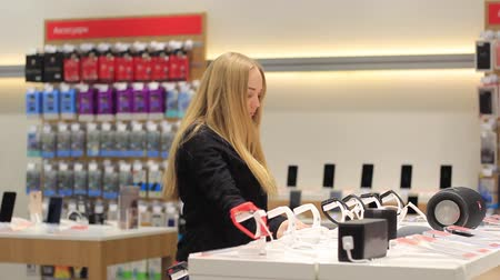 kayış : Girl examines smart watches in the store