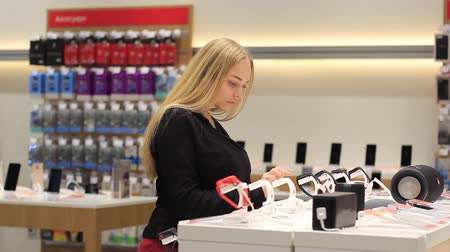 tarcza zegara : Girl examines smart watches in the store
