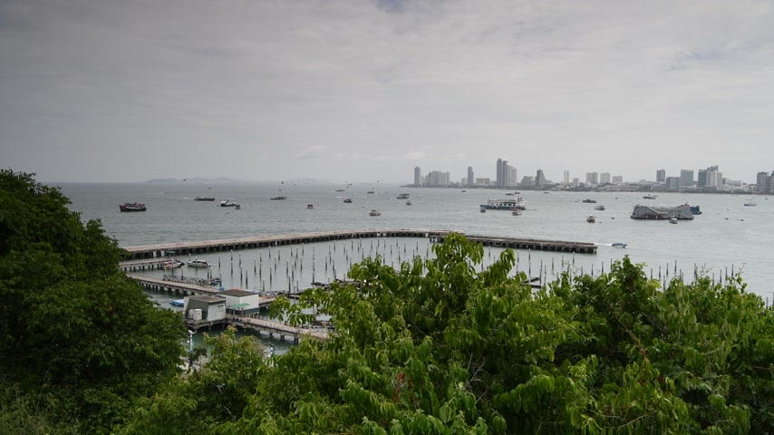 sudeste : Pattaya, Thailand. View of the Beach road. Ships are anchored in the bay. Some went on business.