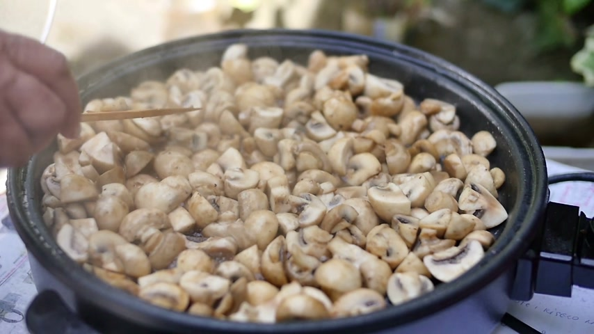 cooking pots : Cooking mushrooms