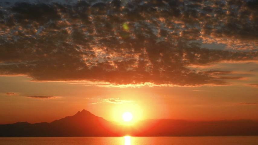 horizonte sobre a água : sunrise over sea and mountain 4k Stock Footage