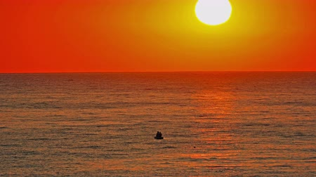 beleza : big sun down over sea, red sky slow motion 4k 60fps