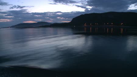 damarlar : Evening view of the shore with floating vessel Stok Video