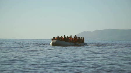 переполох : LESVOS, GREECE - NOV 5, 2015: Rubber dinghy with refugees approaching the shore.