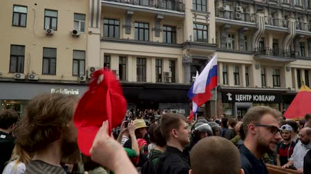 marchs financiers : RUSSIA, MOSCOW - JUNE 12, 2017: Rally Against Corruption Organized by Navalny on Tverskaya Street. The crowd chanted: Putin is a thief Stock Footage