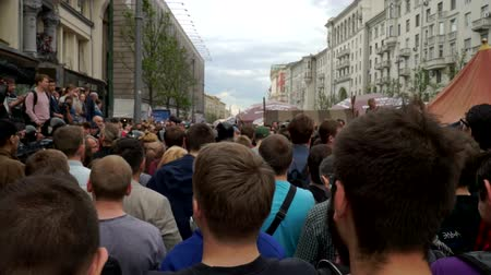 marchs financiers : RUSSIA, MOSCOW - JUNE 12, 2017: Rally Against Corruption Organized by Navalny on Tverskaya Street. The crowd chanted: Medvedev to answer Stock Footage