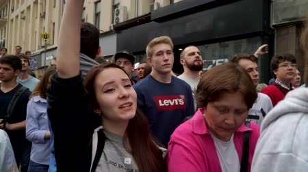 marchs financiers : RUSSIA, MOSCOW - JUNE 12, 2017: Rally Against Corruption Organized by Navalny on Tverskaya Street. Crowd chanting: Russia without Putin