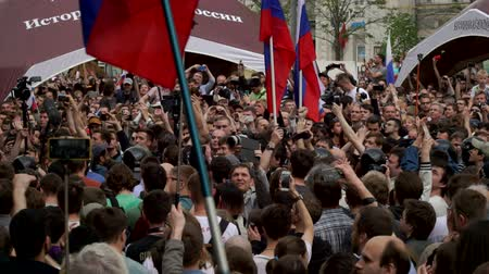 marchs financiers : RUSSIA, MOSCOW - JUNE 12, 2017: Rally Against Corruption Organized by Navalny on Tverskaya Street. The crowd of protesters clapping and whistling. Stock Footage