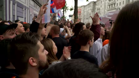 marchs financiers : RUSSIA, MOSCOW - JUNE 12, 2017: Rally Against Corruption Organized by Navalny on Tverskaya Street. The crowd chanted: Change Stock Footage