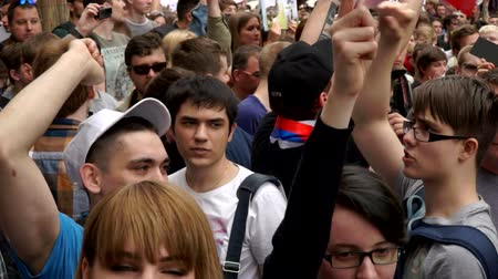 marchs financiers : RUSSIA, MOSCOW - JUNE 12, 2017: Rally Against Corruption Organized by Navalny on Tverskaya Street. People are chanting: Freedom for Navalny Stock Footage