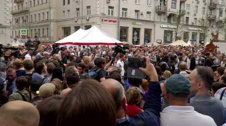 marchs financiers : RUSSIA, MOSCOW - JUNE 12, 2017: Rally Against Corruption Organized by Navalny on Tverskaya Street. The crowd booed the outgoing police