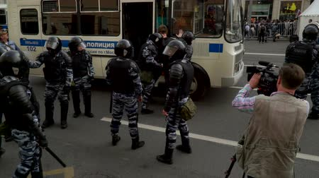 marchs financiers : RUSSIA, MOSCOW - JUNE 12, 2017: Rally Against Corruption Organized by Navalny on Tverskaya Street. Police lead a detained young man to the bus