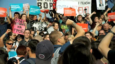 descontento : RUSIA, MOSCÚ - 9 DE AGOSTO DE 2018: Rally Against Pension Reform. La multitud grita: PUTIN ES UN LADRÓN