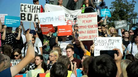 протест : RUSSIA, MOSCOW - AUGUST 09, 2018: Rally Against Pension Reform. The crowd shouts: PUTIN IS A THIEF