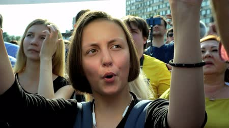muhalefet : RUSSIA, MOSCOW - AUGUST 09, 2018: Rally Against Pension Reform. A girl from the crowd shouts: ONE, TWO, THREE, PUTIN LEAVE Stok Video