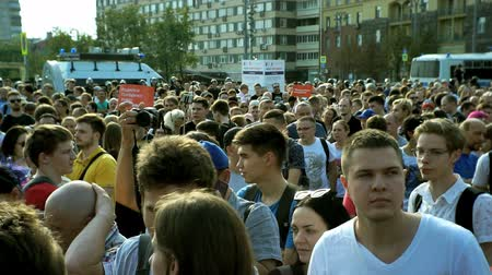 протест : RUSSIA, MOSCOW - AUGUST 09, 2018: Rally Against Pension Reform. The crowd around the rally disperses.