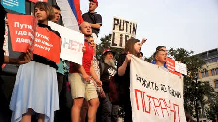 RUSSIA, MOSCOW - SEP 09, 2018: Rally Against Pension Reform. The crowd shouts: ONE, TWO, THREE, PUTIN LEAVE. FOUR, FIVE, SIX - MEDVEDEV NEEDS TO GO TO JAIL Wideo