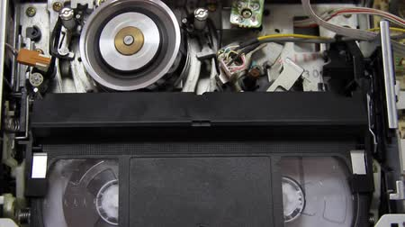 лента : videotape into the VCR