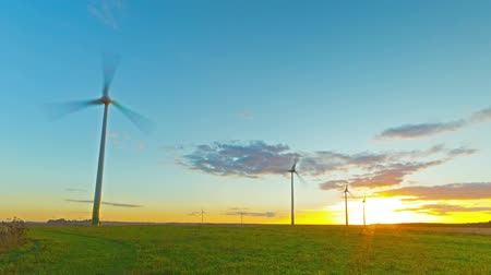 moinho de vento : Windmills generators at sunset, time-lapse Stock Footage