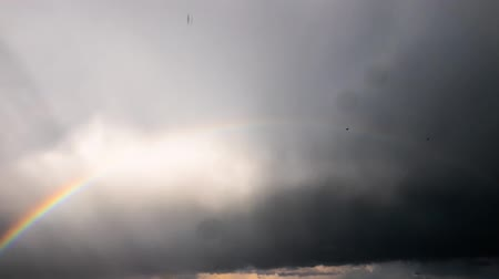 arco íris : Storm clouds and a rainbow, time-lapse