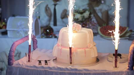 aprósütemény : Wedding cake with burning fireworks Stock mozgókép