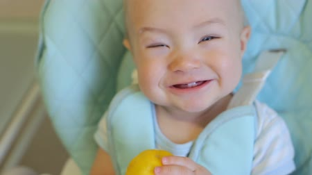 cytryna : Adorable baby boy eating lemon Wideo