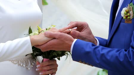 núpcias : The Groom wears a ring to the Bride, Close up Vídeos
