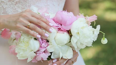núpcias : Bridal Bouquet Of Flowers In Hands Of The Bride